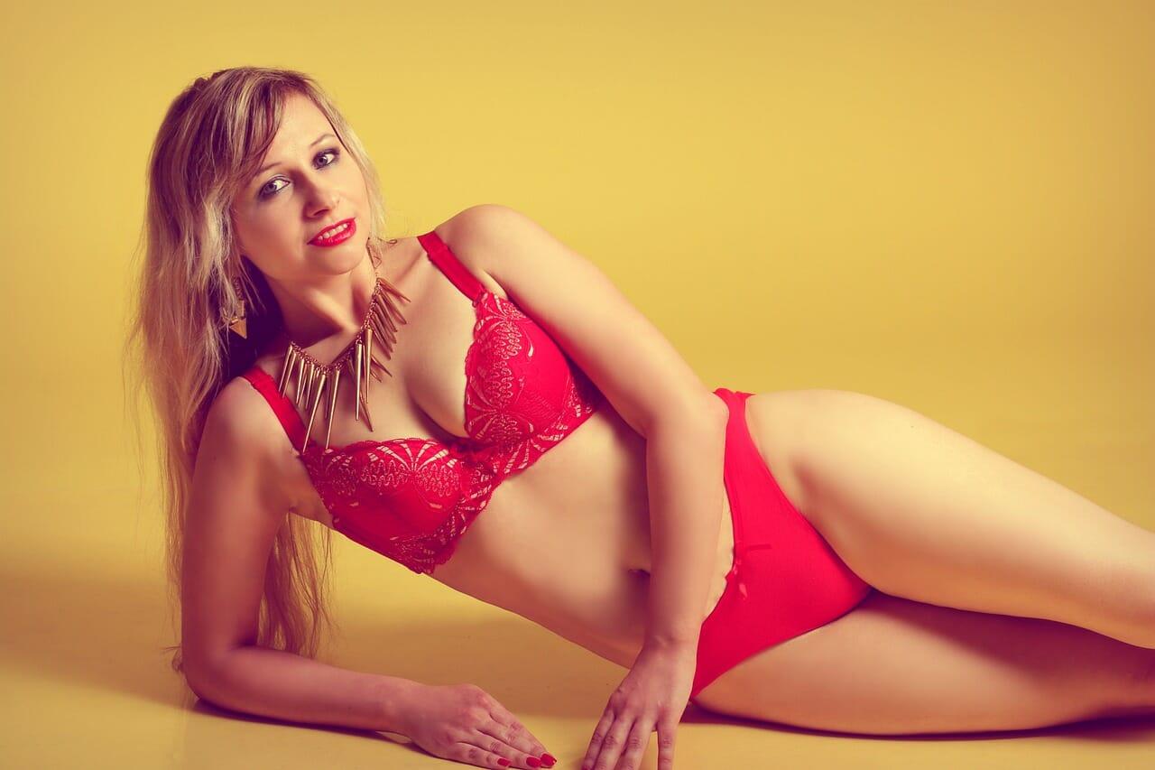 mujer en lenceria roja